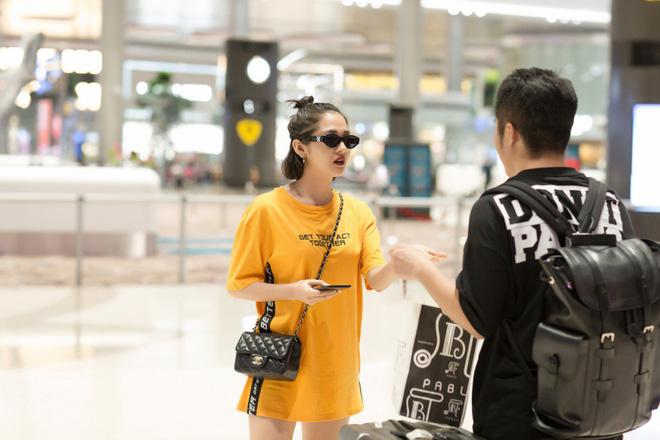 Mặc đêm khuya, fan vẫn đợi đến 1h sáng đón Bảo Anh trở về sau chuyến công tác Singapore - Ảnh 3.