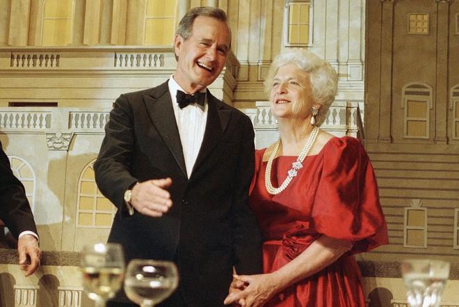 """Mối tình trong mơ 77 năm yêu trọn vẹn, thủy chung của vợ chồng cựu Tổng thống Mỹ George Bush """"cha"""" - Ảnh 1."""