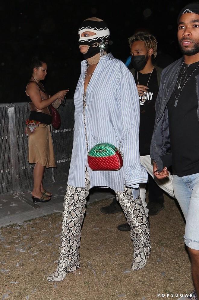 Người ta thì đợi đến mùa quẩy để mặc hở, mình Rihanna lại bịt mặt nạ, trùm kín như bưng - Ảnh 4.