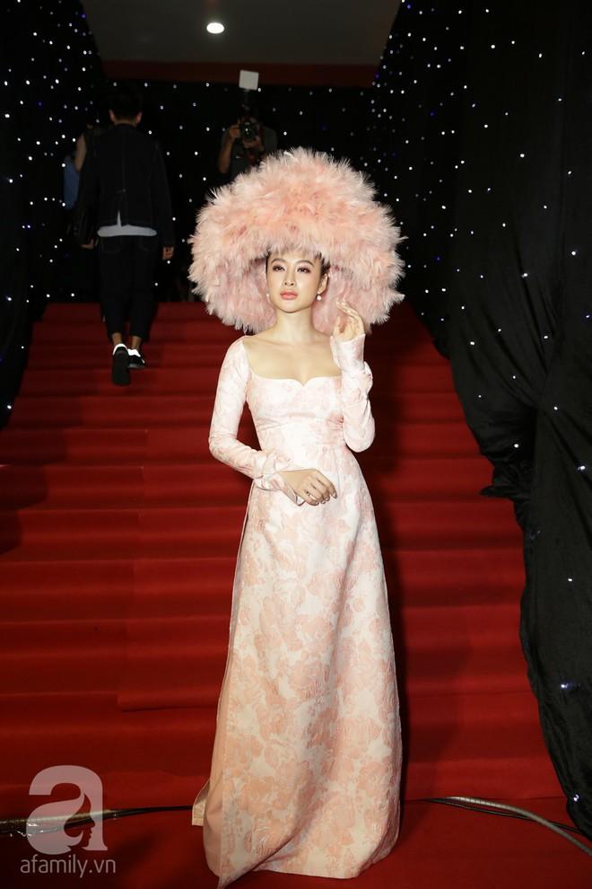 Chặt chém thảm đỏ bằng chiếc mũ lông to bự, nhưng ý tưởng này của Angela Phương Trinh lại nhìn quen quá đi thôi  - Ảnh 1.