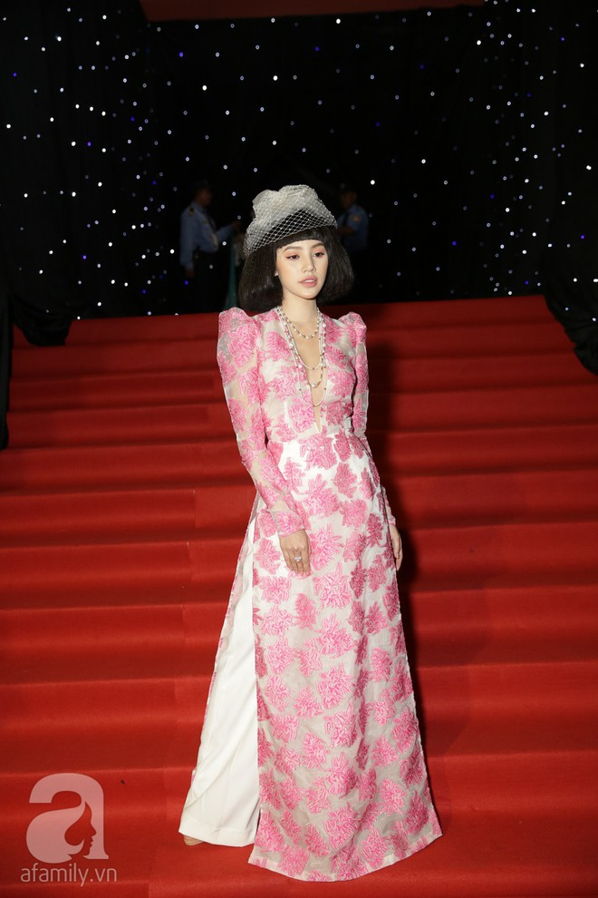 Nổi nhất thảm đỏ hôm nay chính là Angela Phương Trinh với chiếc mũ lông to xù xì - Ảnh 12.