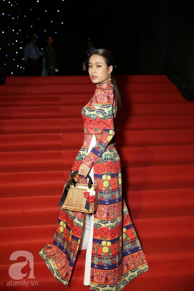 Nổi nhất thảm đỏ hôm nay chính là Angela Phương Trinh với chiếc mũ lông to xù xì - Ảnh 2.