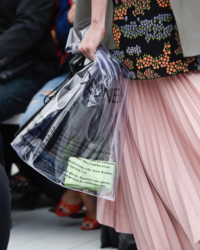 Mùa hè năm nay, túi xách trong suốt chắc chắn sẽ trở thành hot trend - Ảnh 14.