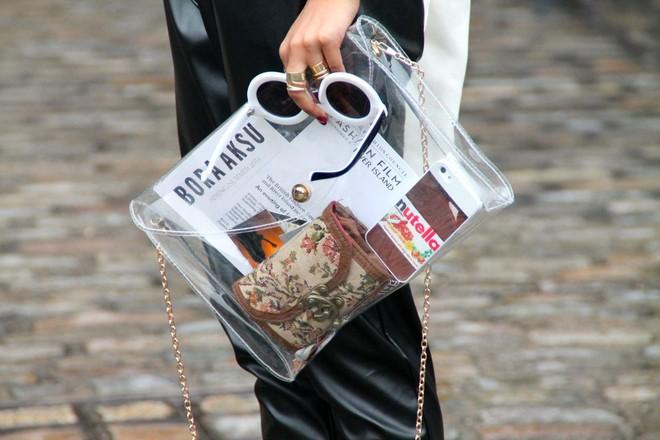 Mùa hè năm nay, túi xách trong suốt chắc chắn sẽ trở thành hot trend - Ảnh 5.