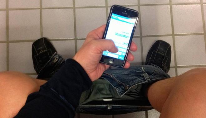 Lại thêm một trường hợp dùng điện thoại khi đi vệ sinh đến nỗi bị liệt toàn thân - Ảnh 1.