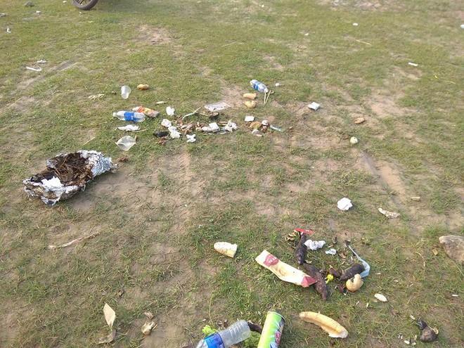 Thanh niên đi thăm mộ chó cưng ở bãi sông Hồng, phát hiện ra mộ biến thành bếp nướng thịt và xung quanh toàn là rác - Ảnh 3.
