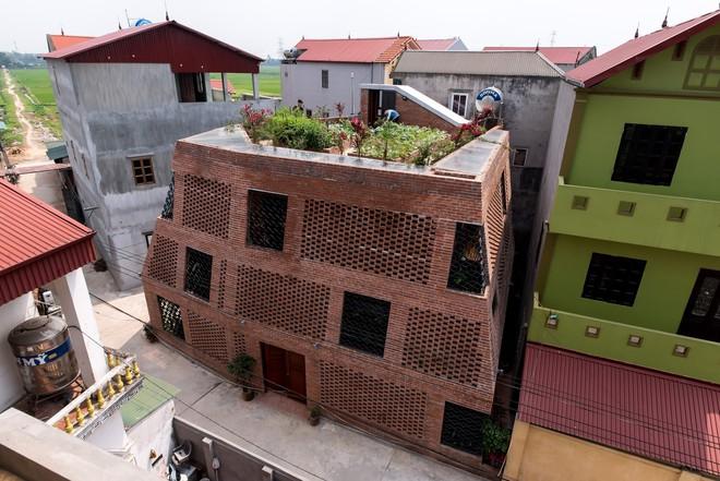Ngôi nhà gạch đỏ với hàng ngàn lỗ thở khiến bạn đi từ bất ngờ này đến bất ngờ khác ở Hà Nội - Ảnh 1.