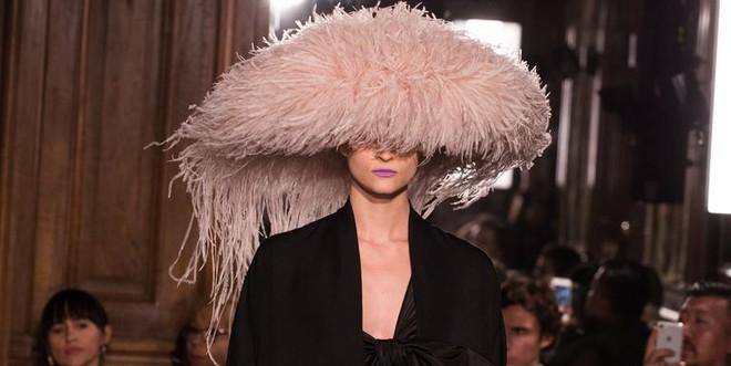 Chặt chém thảm đỏ bằng chiếc mũ lông to bự, nhưng ý tưởng này của Angela Phương Trinh lại nhìn quen quá đi thôi  - Ảnh 6.