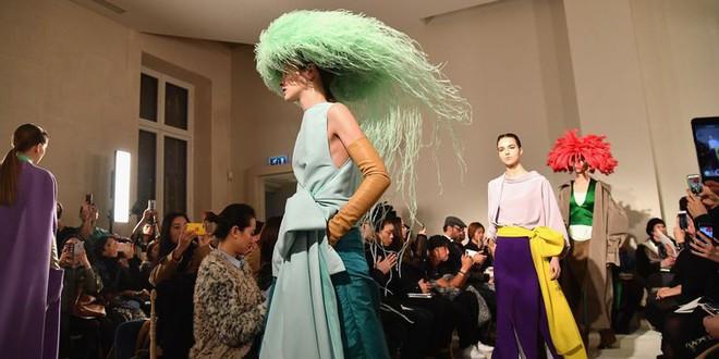 Chặt chém thảm đỏ bằng chiếc mũ lông to bự, nhưng ý tưởng này của Angela Phương Trinh lại nhìn quen quá đi thôi  - Ảnh 7.