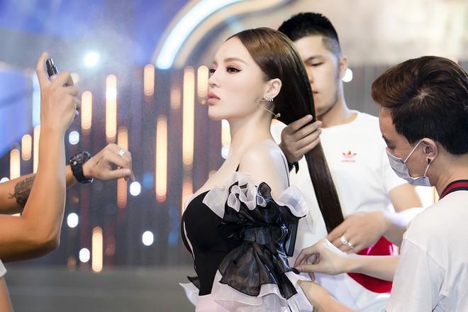 Kỳ Duyên tự tin khoe vòng một dao khéo trên gameshow truyền hình - Ảnh 9.