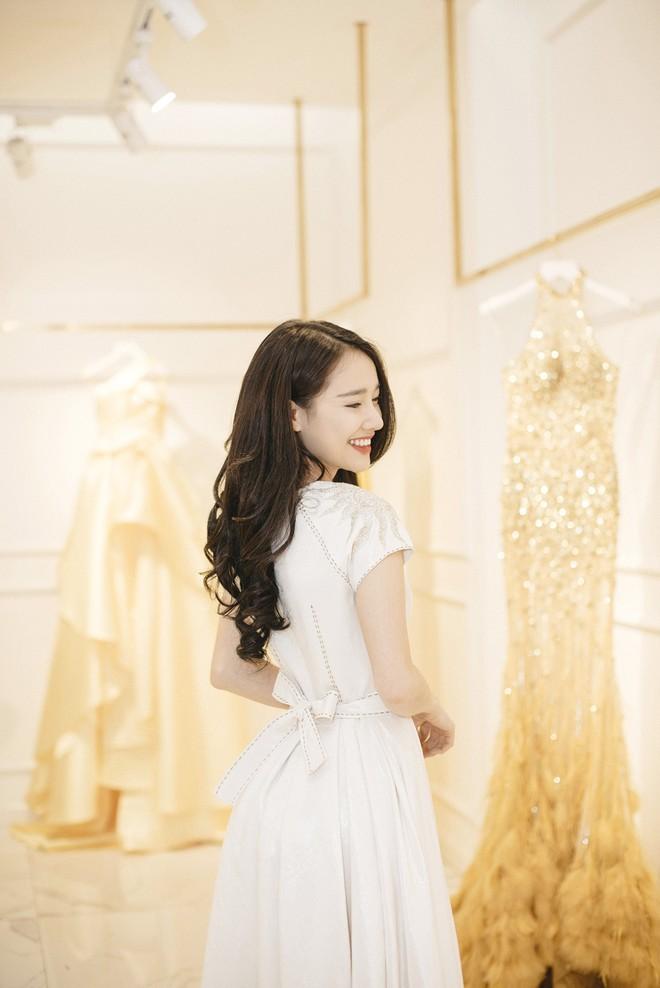 Gác lại ồn ào tình ái, Nhã Phương vẫn vui vẻ đi thử đồ cho show diễn của NTK Lê Thanh Hòa - Ảnh 1.