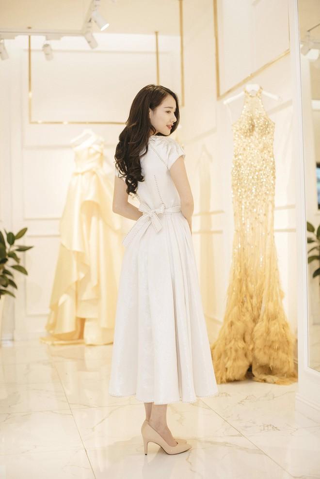 Gác lại ồn ào tình ái, Nhã Phương vẫn vui vẻ đi thử đồ cho show diễn của NTK Lê Thanh Hòa - Ảnh 2.