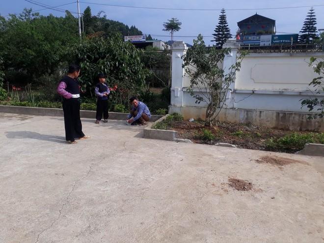 Vụ bé trai lớp 1 tử vong do cô giáo lùi xe: Người nhà đau đớn đến sân trường làm lễ cầu siêu cho cháu - Ảnh 1.