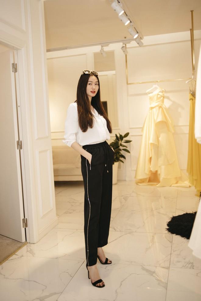 Gác lại ồn ào tình ái, Nhã Phương vẫn vui vẻ đi thử đồ cho show diễn của NTK Lê Thanh Hòa - Ảnh 4.