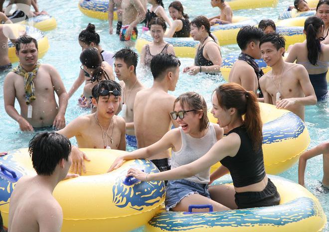 CV nước Hồ Tây giảm vé kịch sàn, hơn 1 vạn người đổ đến tắm ngày Hà Nội nóng nực - Ảnh 3.