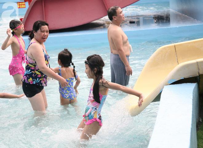 CV nước Hồ Tây giảm vé kịch sàn, hơn 1 vạn người đổ đến tắm ngày Hà Nội nóng nực - Ảnh 11.