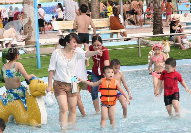CV nước Hồ Tây giảm vé kịch sàn, hơn 1 vạn người đổ đến tắm ngày Hà Nội nóng nực - Ảnh 12.