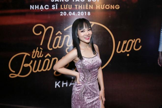 Lưu Thiên Hương lái xế hộp tiền tỷ tham dự buổi ra mắt MV của học trò - Ảnh 3.