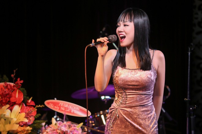 Lưu Thiên Hương lái xế hộp tiền tỷ tham dự buổi ra mắt MV của học trò - Ảnh 7.