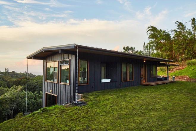 Ngôi nhà nhỏ xíu trên sườn đồi, bên ngoài đơn sơ giản dị mà ai cũng phải choáng ngợp khi bước vào trong - ảnh 1