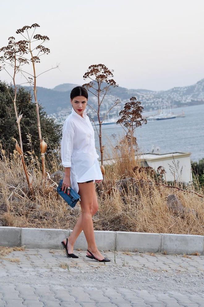 4 kiểu giày/dép bệt luôn sẵn lòng kết thân với quần shorts để ra đúng chất mùa hè - Ảnh 3.