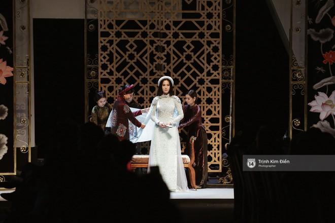 Ngọc Trinh kiêu sa phe phẩy quạt, mặt lạnh te trình diễn áo dài trong ngày 3 của VIFW 2018
