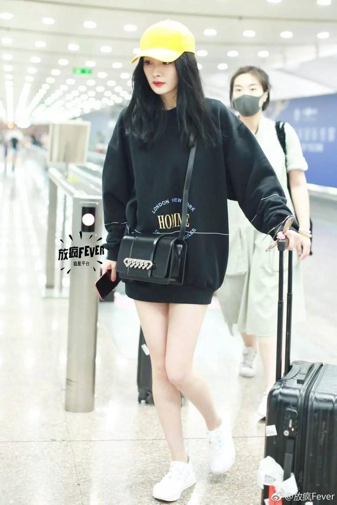 """Lao đao vì scandal, phải chăng """"nữ hoàng thời trang sân bay"""" Dương Mịch sắp bị Địch Lệ Nhiệt Ba soán ngôi? - Ảnh 1."""