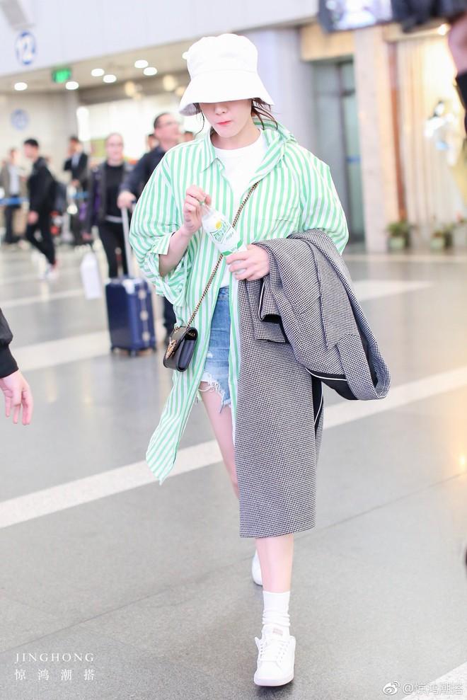 """Lao đao vì scandal, phải chăng """"nữ hoàng thời trang sân bay"""" Dương Mịch sắp bị Địch Lệ Nhiệt Ba soán ngôi? - Ảnh 4."""