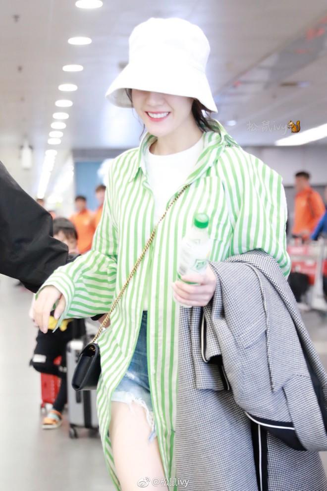 """Lao đao vì scandal, phải chăng """"nữ hoàng thời trang sân bay"""" Dương Mịch sắp bị Địch Lệ Nhiệt Ba soán ngôi? - Ảnh 5."""