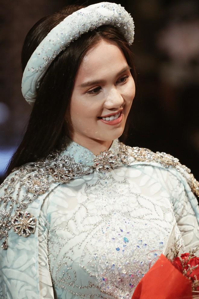 Ngọc Trinh kiêu sa phe phẩy quạt, mặt lạnh te trình diễn áo dài trong ngày 3 của VIFW 2018 - Ảnh 10.