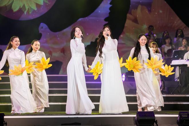 Diện áo dài trắng tinh khôi, Hoàng Yến Chibi - Phương Ly giống hệt chị em sinh đôi - Ảnh 5.