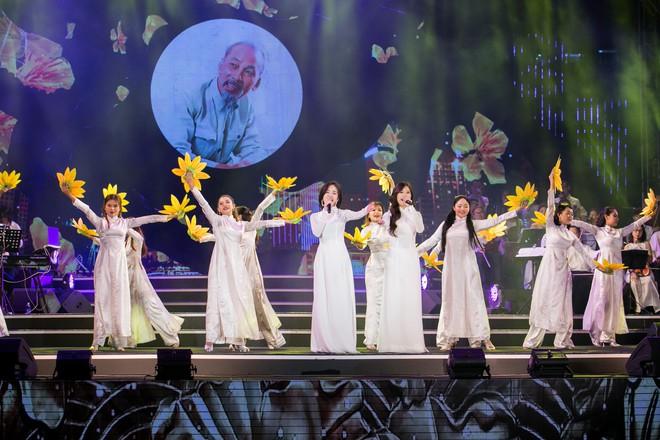 Diện áo dài trắng tinh khôi, Hoàng Yến Chibi - Phương Ly giống hệt chị em sinh đôi - Ảnh 6.
