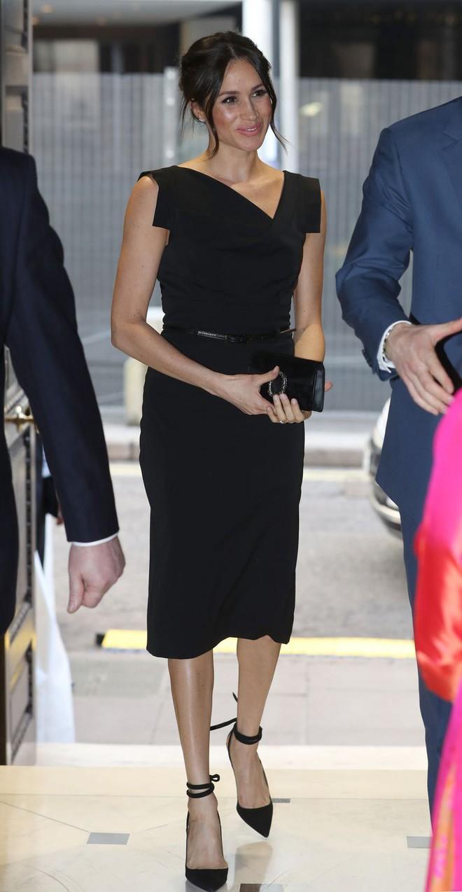 Meghan Markle đẳng cấp ngời ngời dù diện lại thiết kế váy đã được loạt sao khác mặc từ chục năm trước - Ảnh 1.