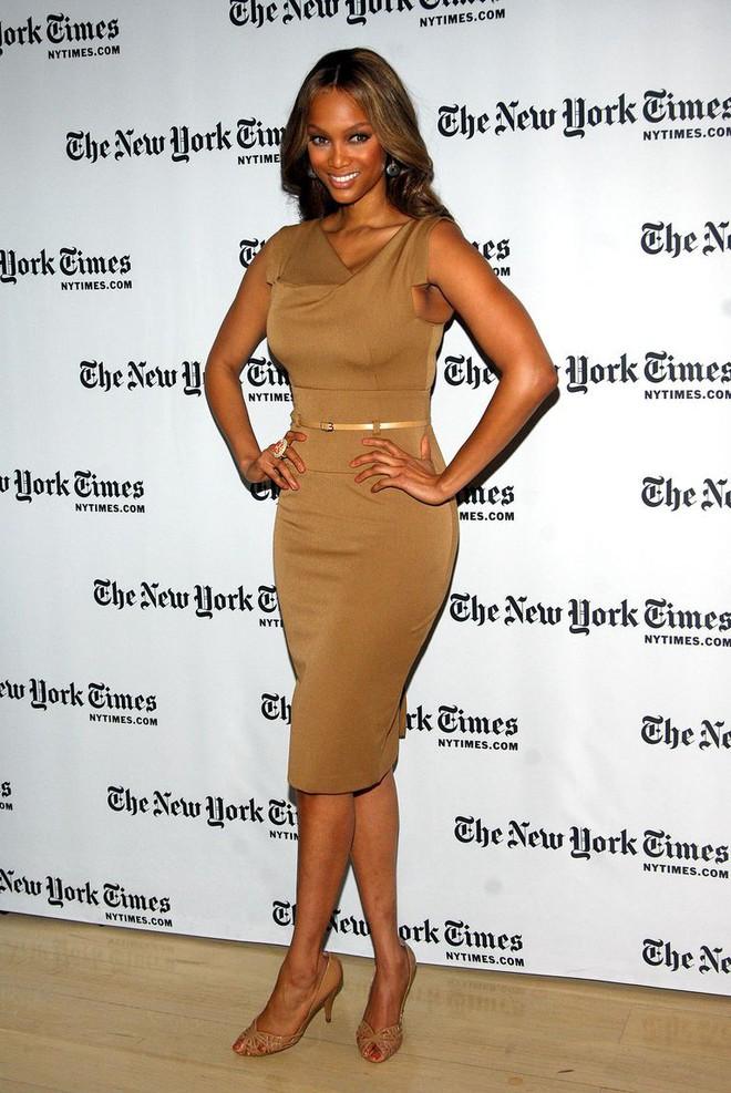 Meghan Markle đẳng cấp ngời ngời dù diện lại thiết kế váy đã được loạt sao khác mặc từ chục năm trước - Ảnh 5.