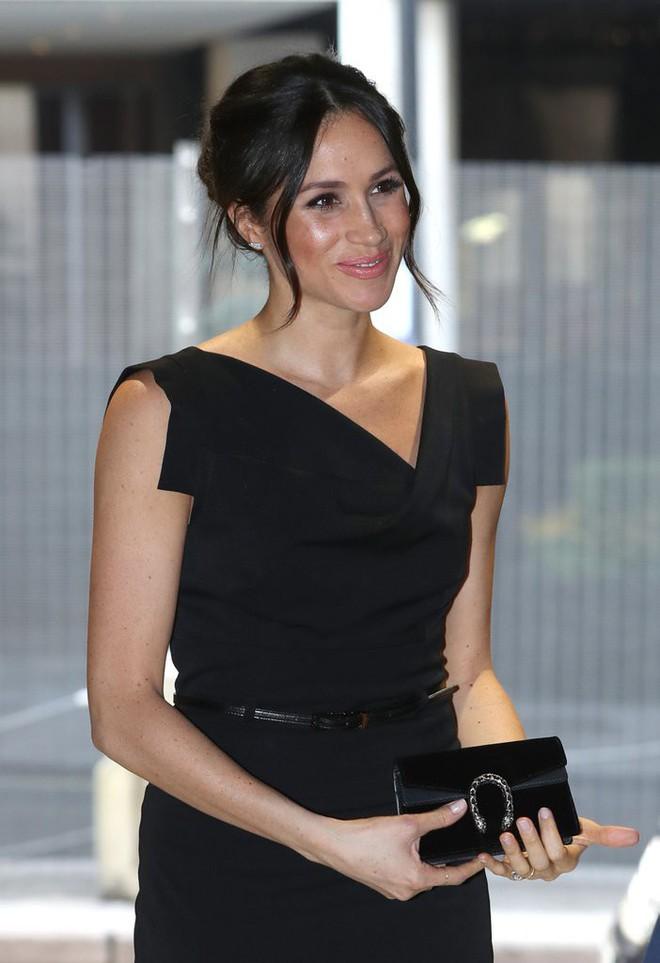 Meghan Markle đẳng cấp ngời ngời dù diện lại thiết kế váy đã được loạt sao khác mặc từ chục năm trước - Ảnh 2.