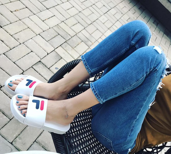 Ai cũng biết lý do Đàm Thu Trang không hay đi giày cao gót, nhưng rõ ràng người đẹp kết hợp giày/dép bệt rất đúng trend - Ảnh 23.