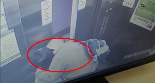 """Vào thang máy một mình, bé gái hoảng hốt khi bị cụ ông 65 tuổi """"cưỡng hôn"""" - Ảnh 1."""