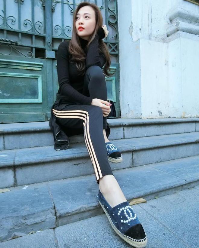 Ai cũng biết lý do Đàm Thu Trang không hay đi giày cao gót, nhưng rõ ràng người đẹp kết hợp giày/dép bệt rất đúng trend - Ảnh 11.