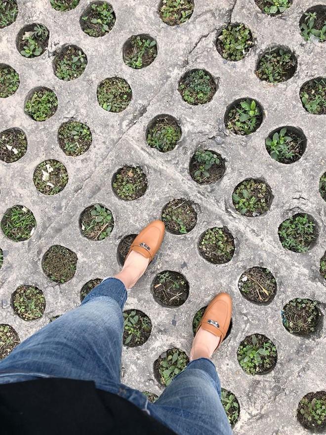 Ai cũng biết lý do Đàm Thu Trang không hay đi giày cao gót, nhưng rõ ràng người đẹp kết hợp giày/dép bệt rất đúng trend - Ảnh 16.