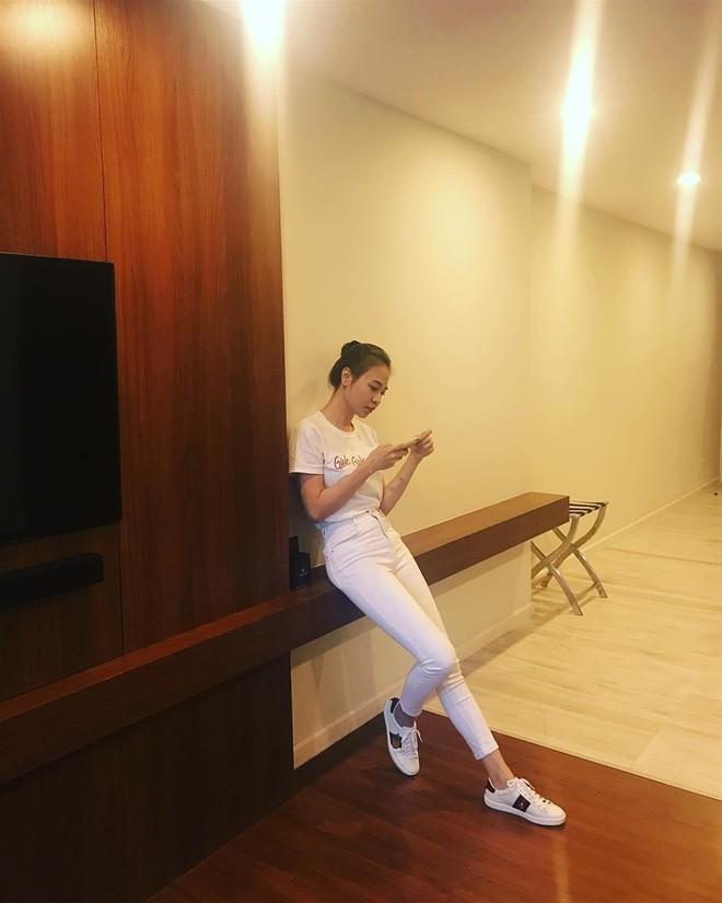 Ai cũng biết lý do Đàm Thu Trang không hay đi giày cao gót, nhưng rõ ràng người đẹp kết hợp giày/dép bệt rất đúng trend - Ảnh 8.