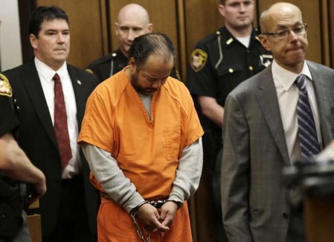 Vụ án ngôi nhà của ác quỷ: Gã đàn ông bắt cóc, cưỡng hiếp 3 cô gái trẻ suốt 1 thập kỷ, nhận bản án tù chung thân và 1.000 năm tù giam - Ảnh 9.