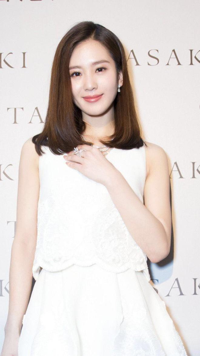 Hậu tin đồn ly hôn, Lưu Thi Thi xuất hiện với mái tóc ngắn ngủn lại bù xù kém sắc - Ảnh 2.