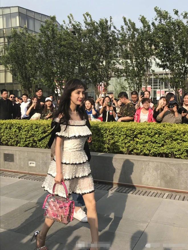 Mẹ một con Dương Mịch lộ vóc dáng khẳng khiu, chân gầy tong teo khi diện váy ngắn xuất hiện tại sự kiện của Valentino - Ảnh 2.