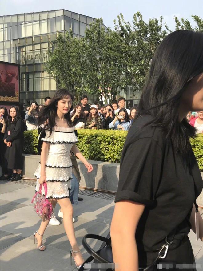 Mẹ một con Dương Mịch lộ vóc dáng khẳng khiu, chân gầy tong teo khi diện váy ngắn xuất hiện tại sự kiện của Valentino - Ảnh 3.