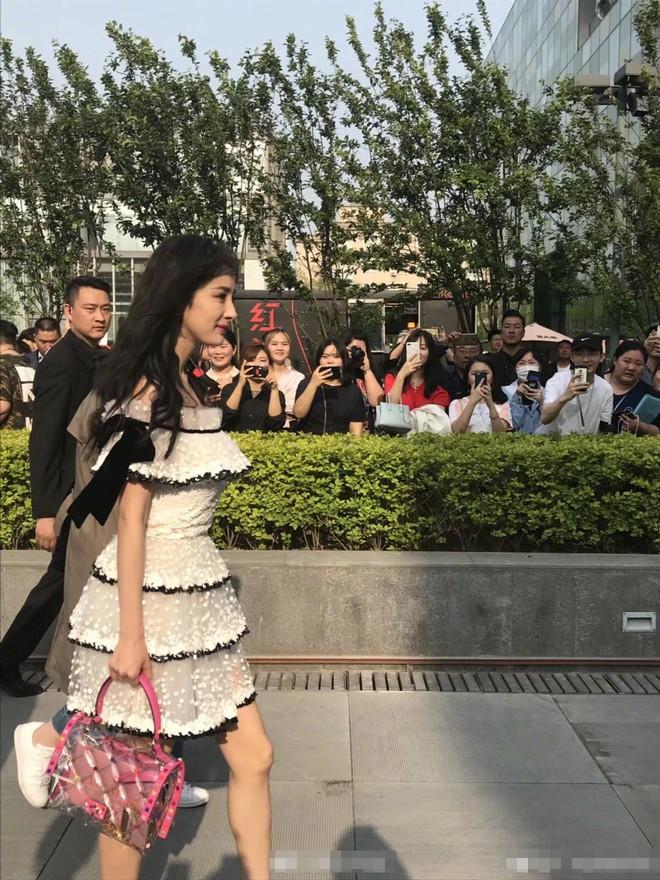 Mẹ một con Dương Mịch lộ vóc dáng khẳng khiu, chân gầy tong teo khi diện váy ngắn xuất hiện tại sự kiện của Valentino - Ảnh 4.