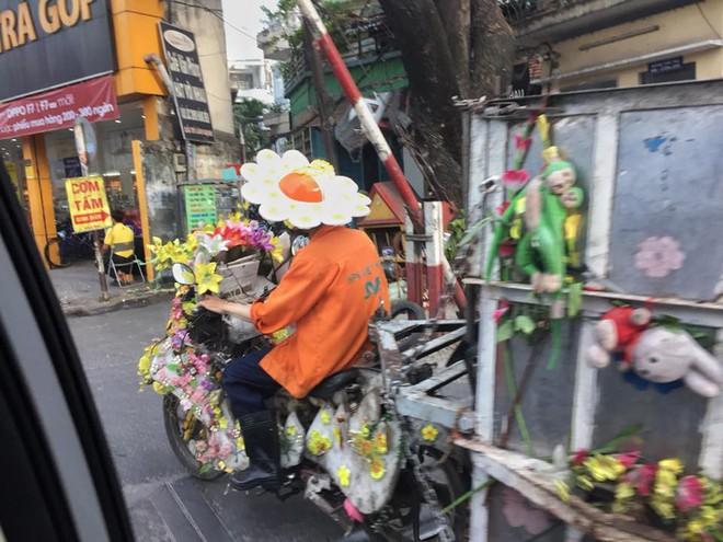 Khi là nhân viên vệ sinh môi trường rất yêu nghề và yêu đời, bạn sẽ biết cách biến xe rác thành xe hoa - Ảnh 3.