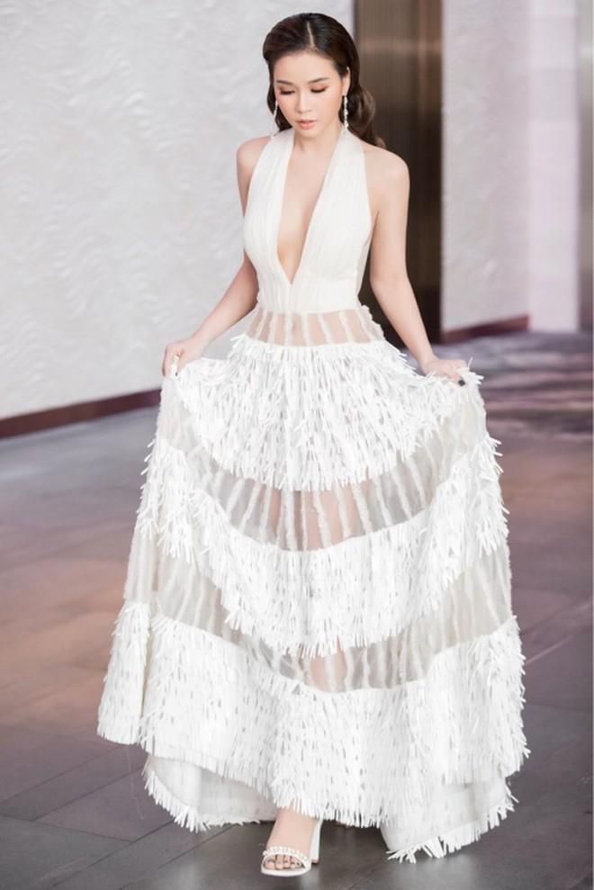 Giống từ đầu, khác mỗi chân mà Sam hơn hẳn Á hậu Hoàng Thuỳ khi cùng diện một thiết kế váy  - Ảnh 4.