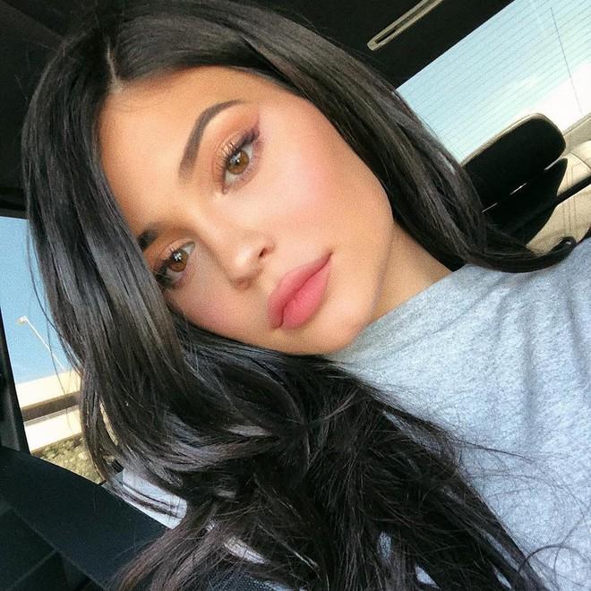Muốn kẻ mắt thật nhẹ nhàng mà không bị dữ, bạn hãy học tuyệt chiêu kẻ mắt không cần eyeliner của Kylie Jenner - Ảnh 1.