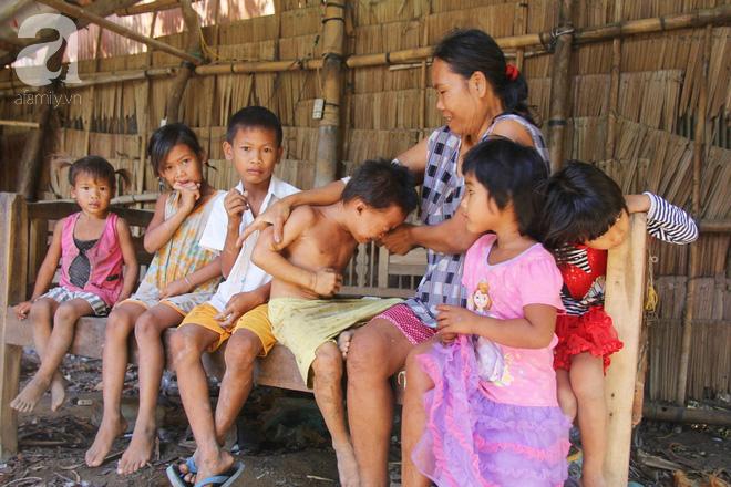 Bố bỏ đi theo vợ nhỏ, 7 đứa trẻ không được đi học sống nheo nhóc bên người mẹ điên và bà ngoại già bệnh tật - Ảnh 2.