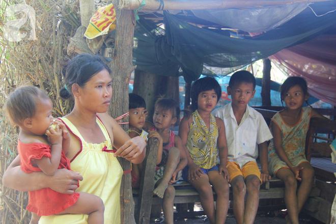 Bố bỏ đi theo vợ nhỏ, 7 đứa trẻ không được đi học sống nheo nhóc bên người mẹ điên và bà ngoại già bệnh tật - Ảnh 8.